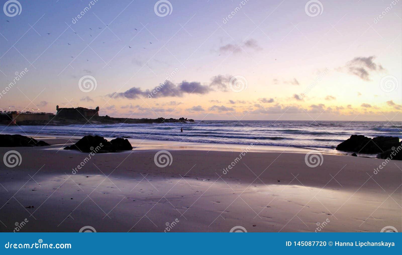 Фиолетовый заход солнца над Атлантическим океаном