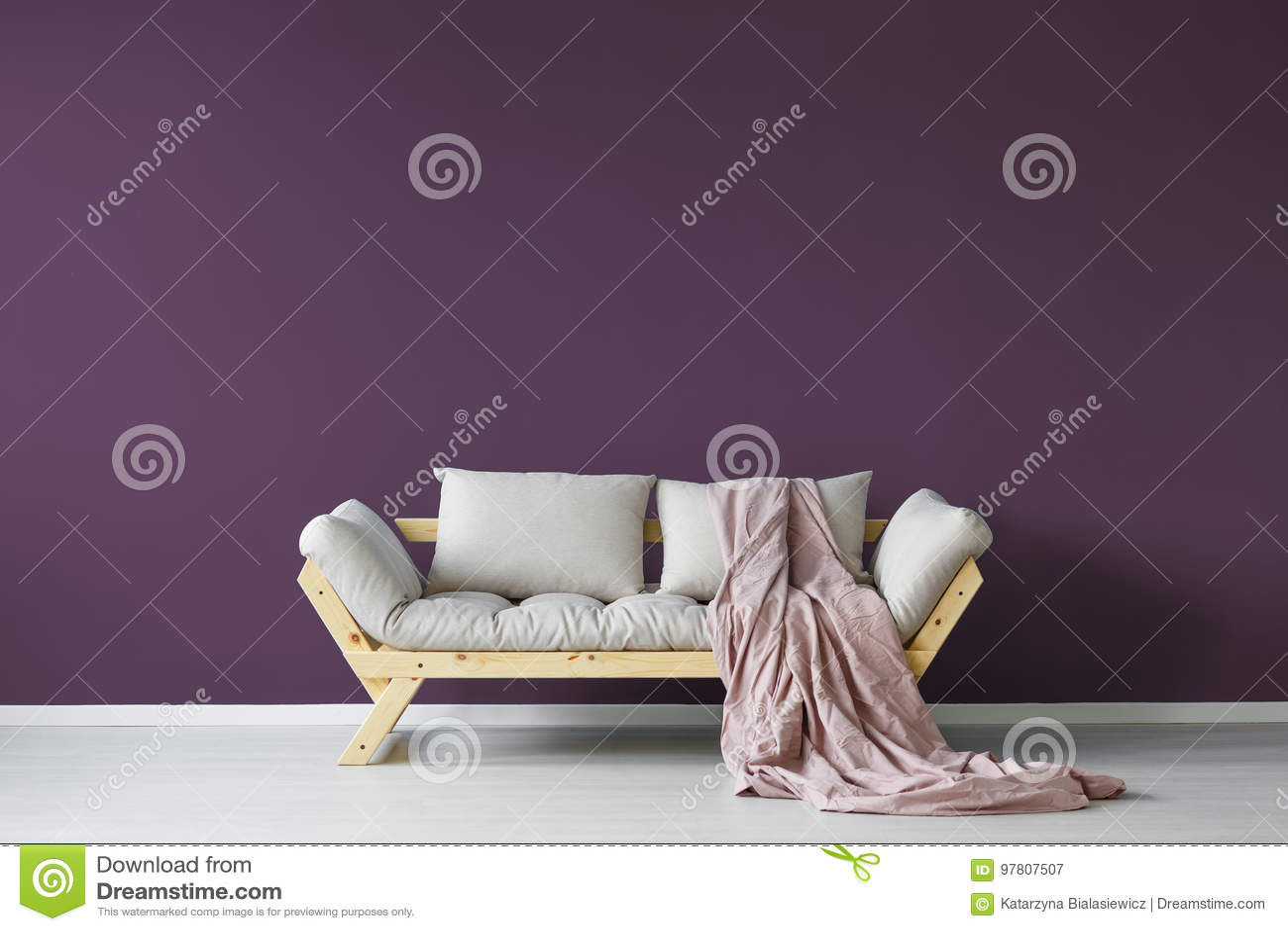 Фиолетовый интерьер комнаты дня