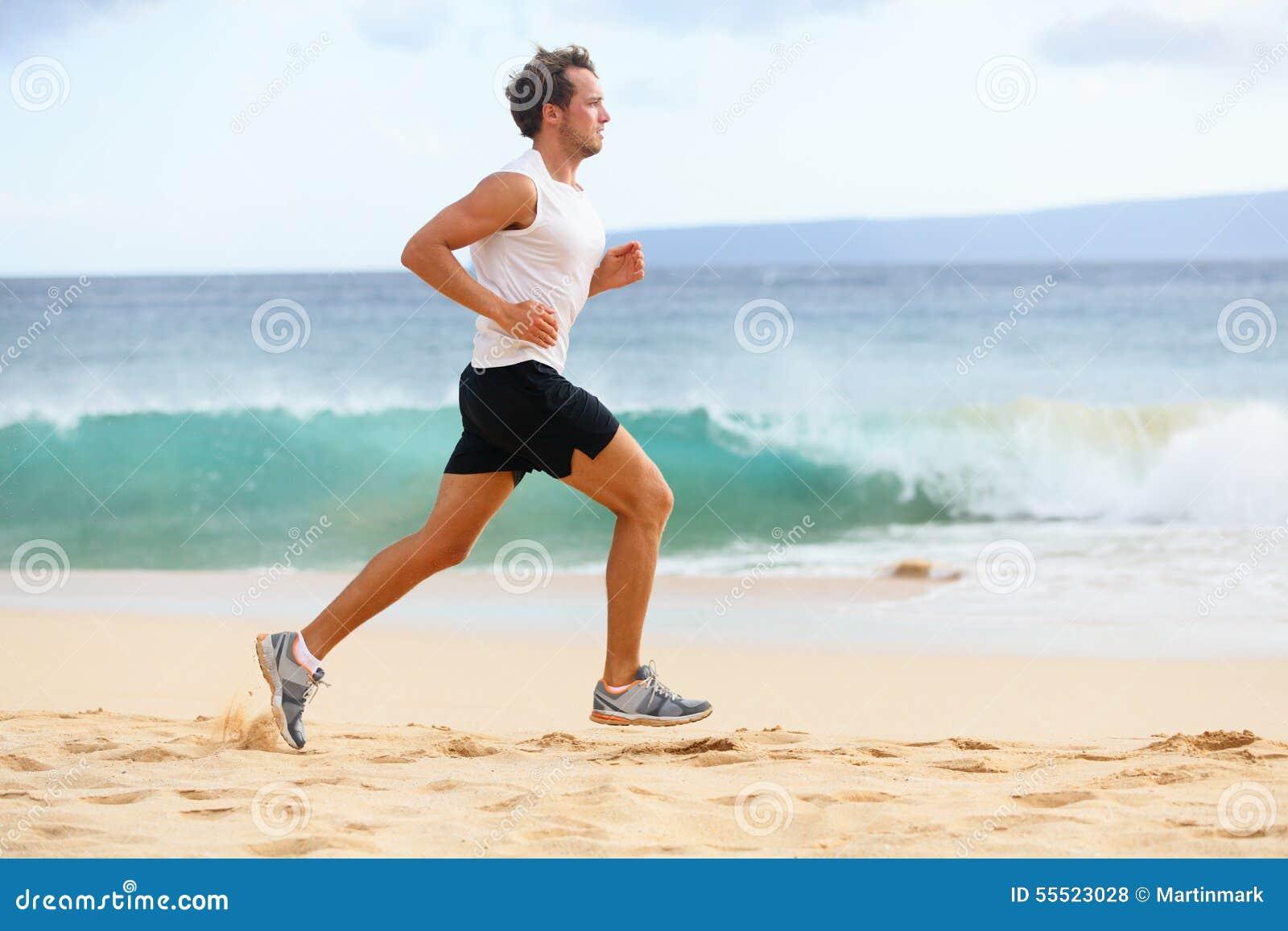 Фитнес резвится человек бегуна jogging на пляже