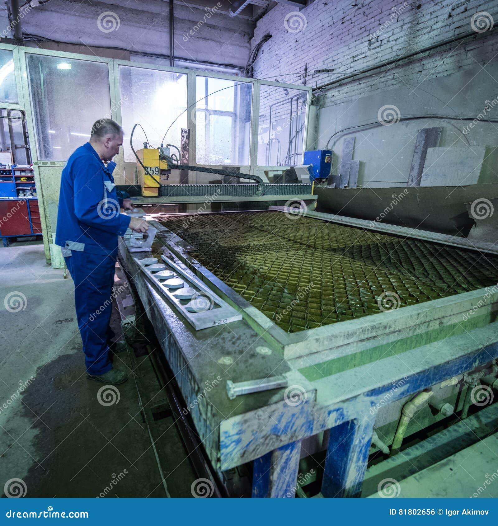 Филируя специалист работая для waterjets металла в магазине на