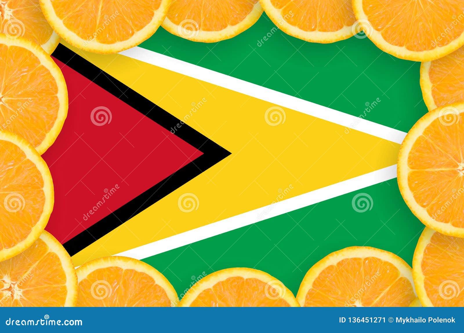 Флаг Гайаны в свежей рамке кусков цитрусовых фруктов