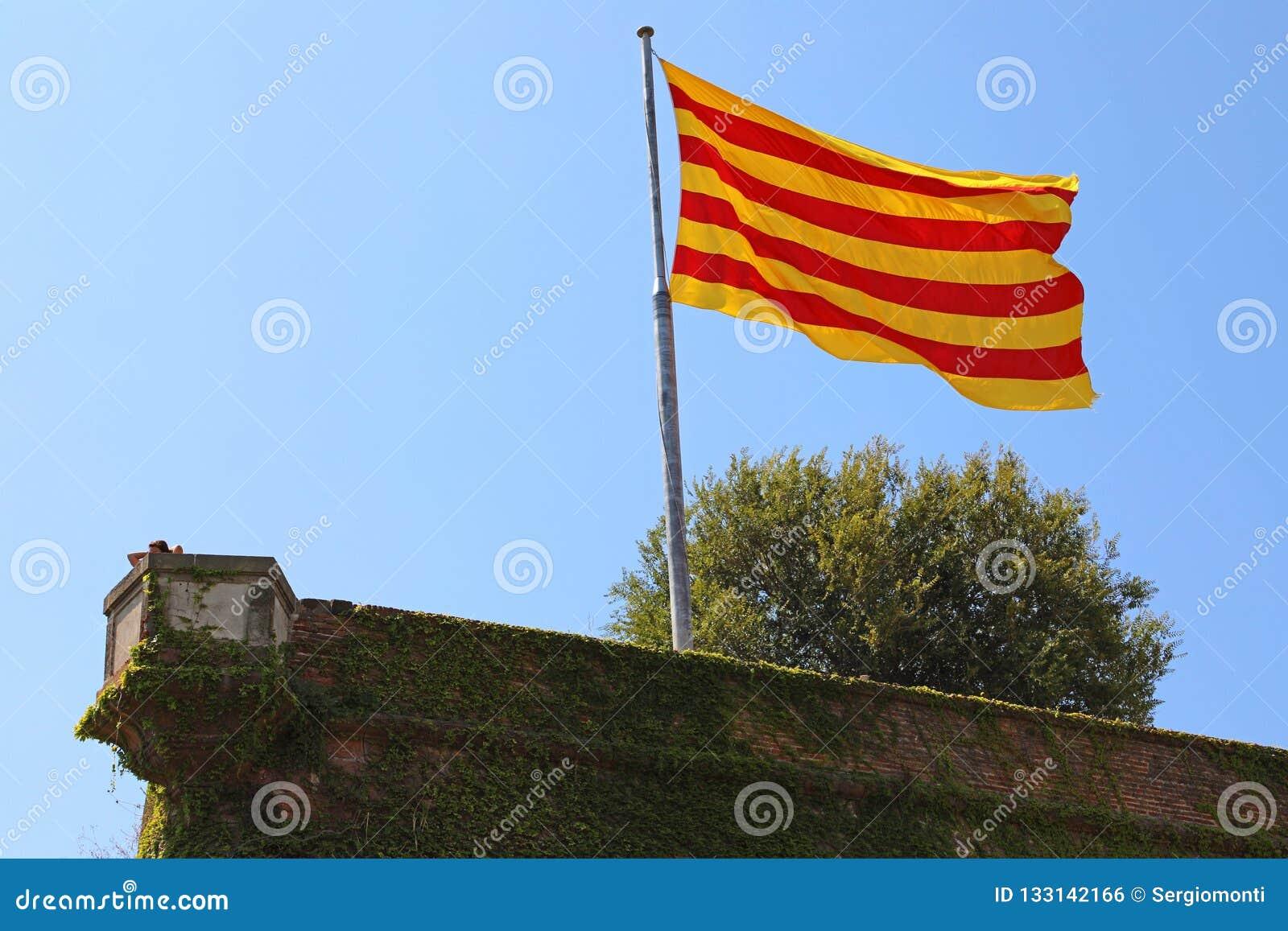 Флаг Каталонии на замке Montjuic, Барселоне, Испании