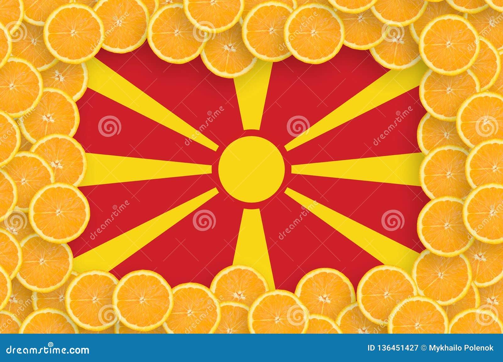 Флаг Македонии в свежей рамке кусков цитрусовых фруктов