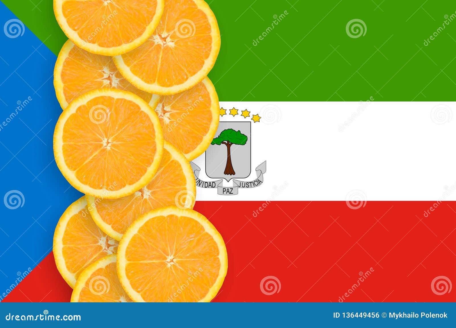 Флаг Экваториальной Гвинеи и строка кусков цитрусовых фруктов вертикальная