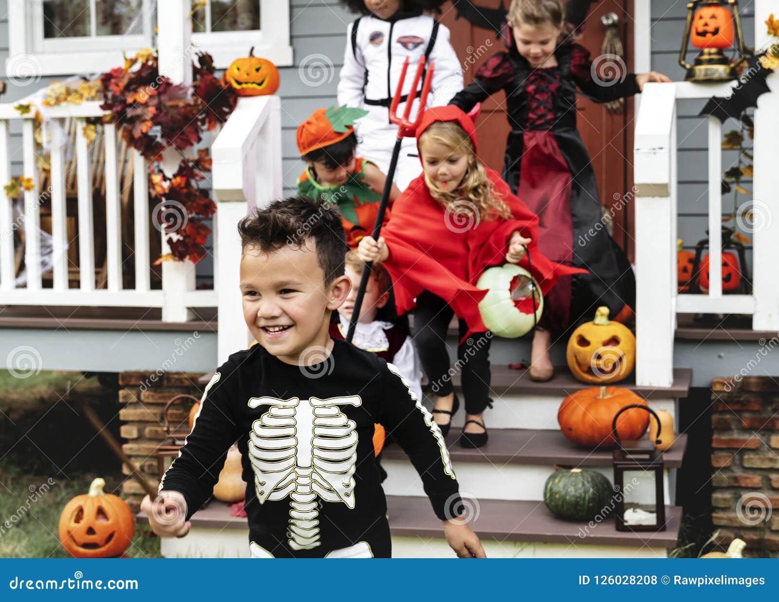 Фокус молодых парней или обрабатывать во время хеллоуина