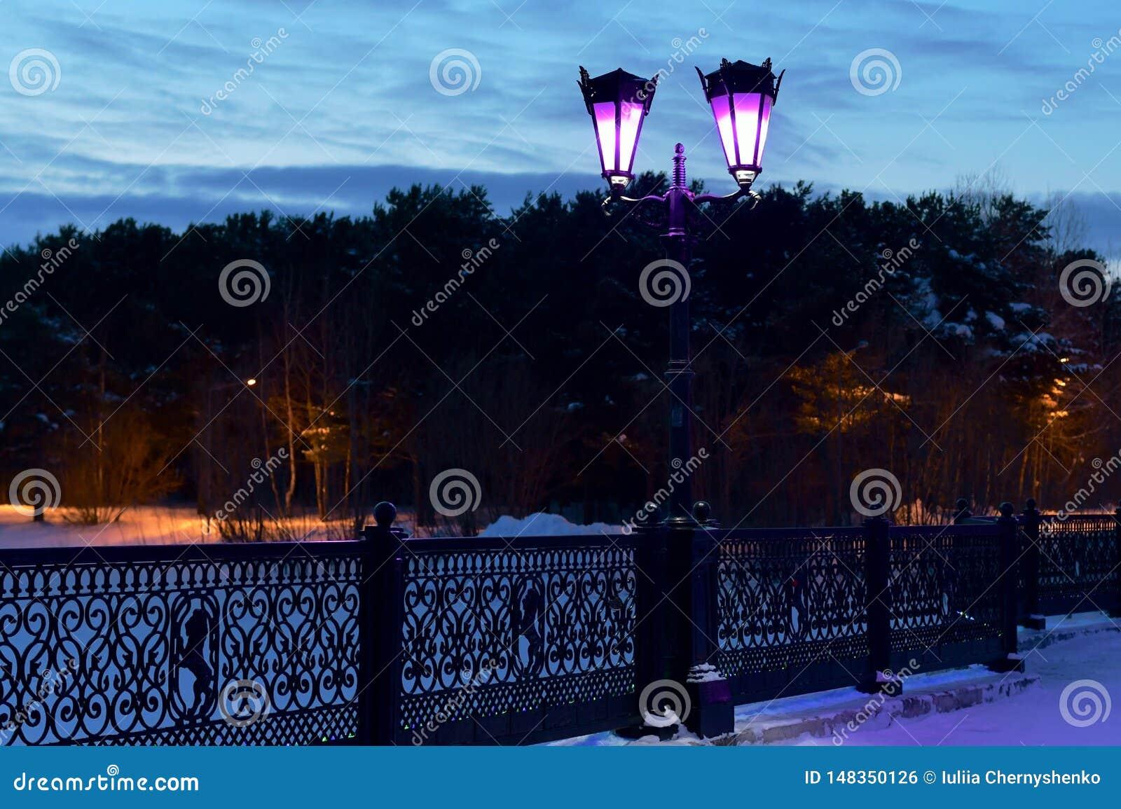 Фонарики на мосте в парке города