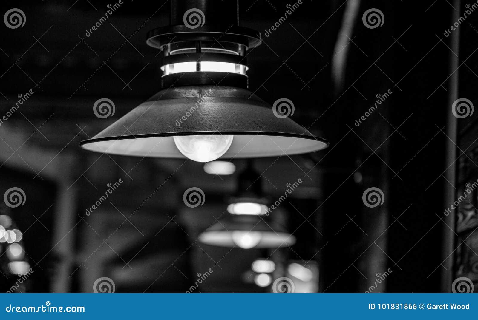 Фонарик в пабе в черно-белом