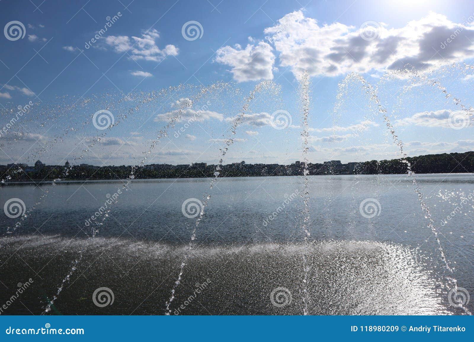 Фонтаны на озере в городе паркуют