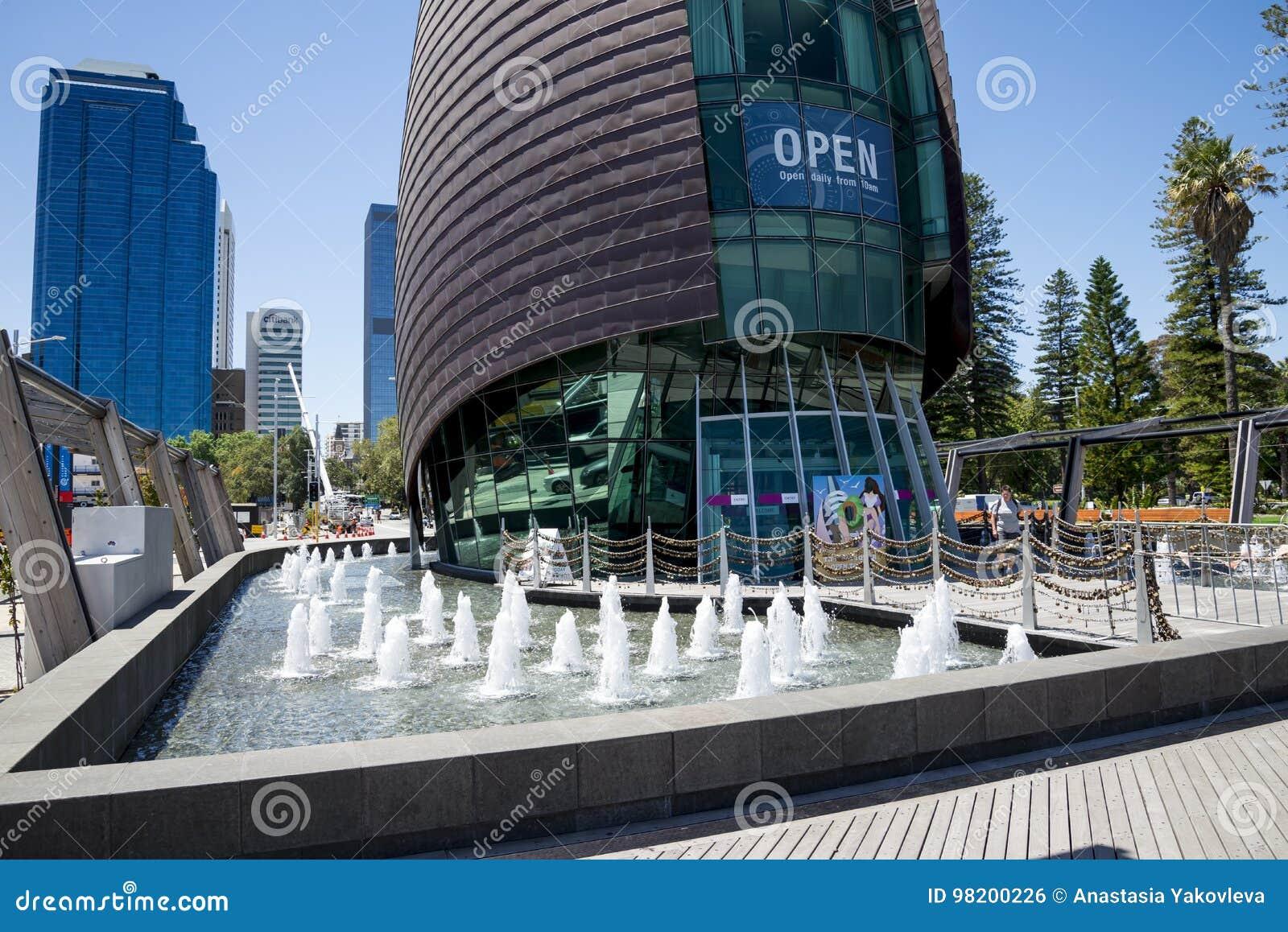 Download Фонтаны перед входом к колокольне лебедя в Перте Редакционное Фото - изображение насчитывающей колоколов, город: 98200226