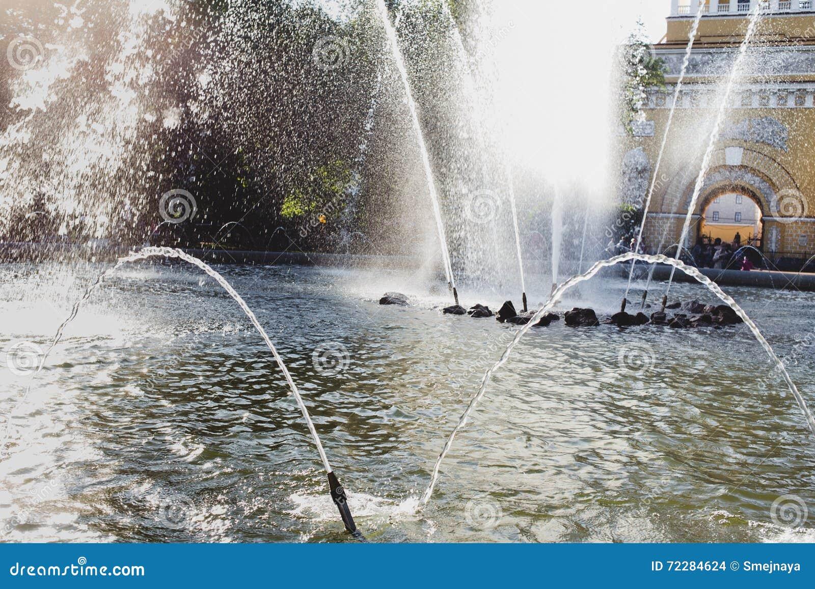 Download Фонтан города в ярком солнечном дне на предпосылке Adm Стоковое Фото - изображение насчитывающей весна, брызг: 72284624