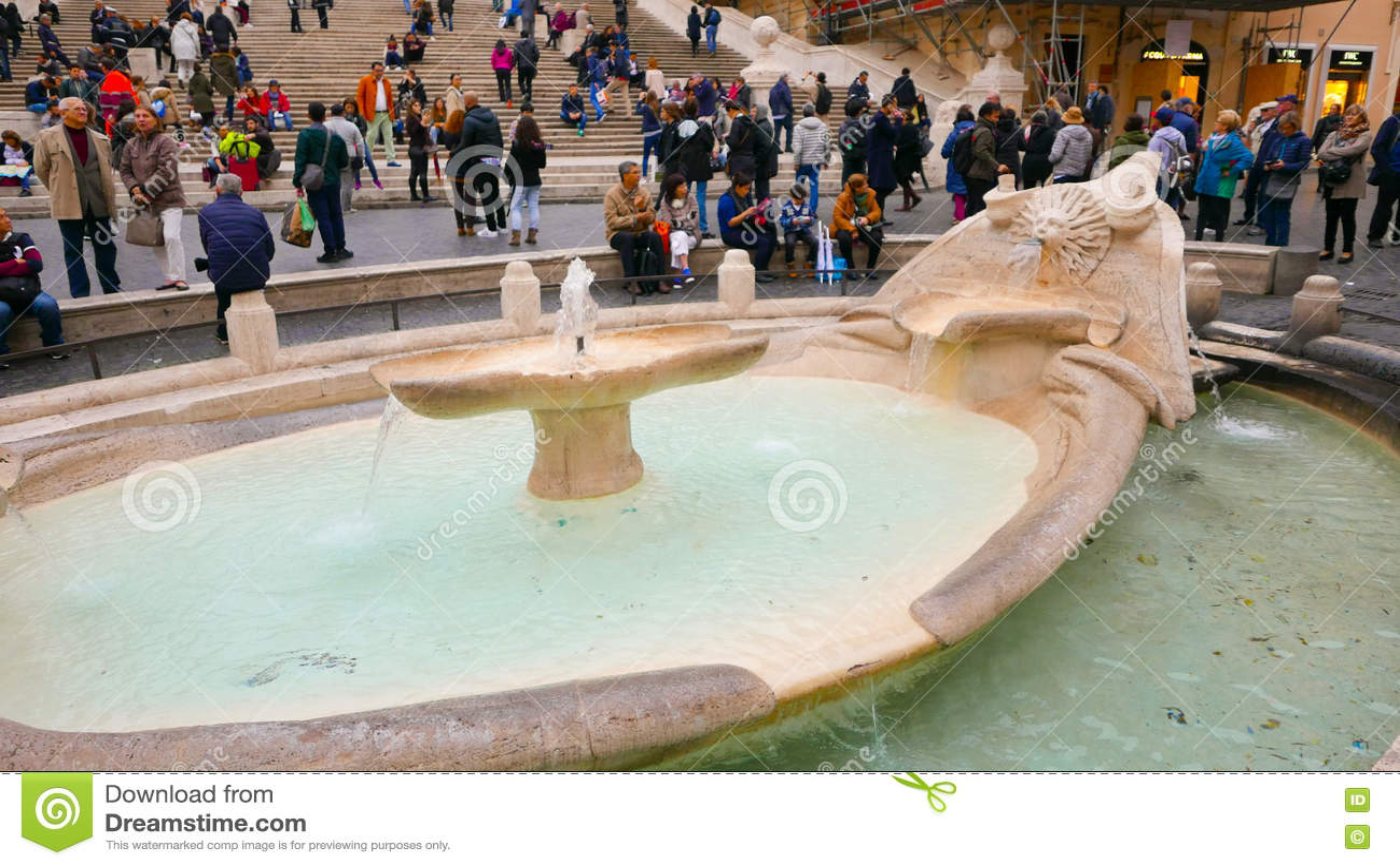 Фонтан на аркаде Spagna на испанском языке шагает в Рим