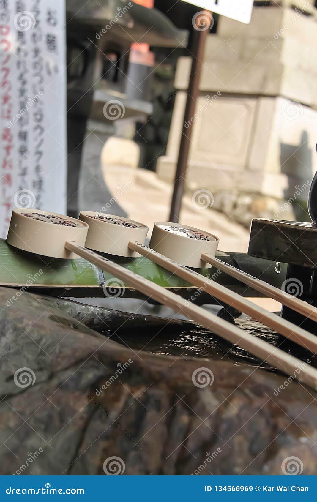 Фонтан очистки воды на японской святыне