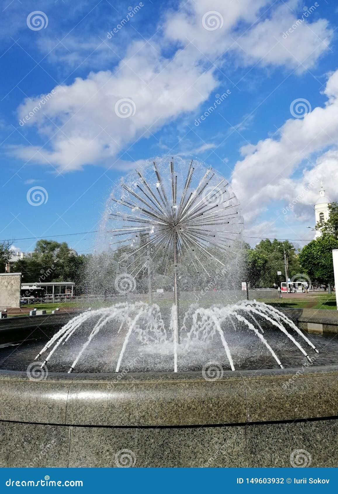 фонтан против неба и облаков в Петербурге