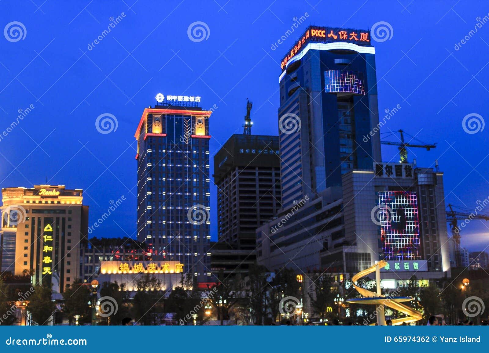 Фонтан дракона в квадрате Чэнду Tianfu на ноче