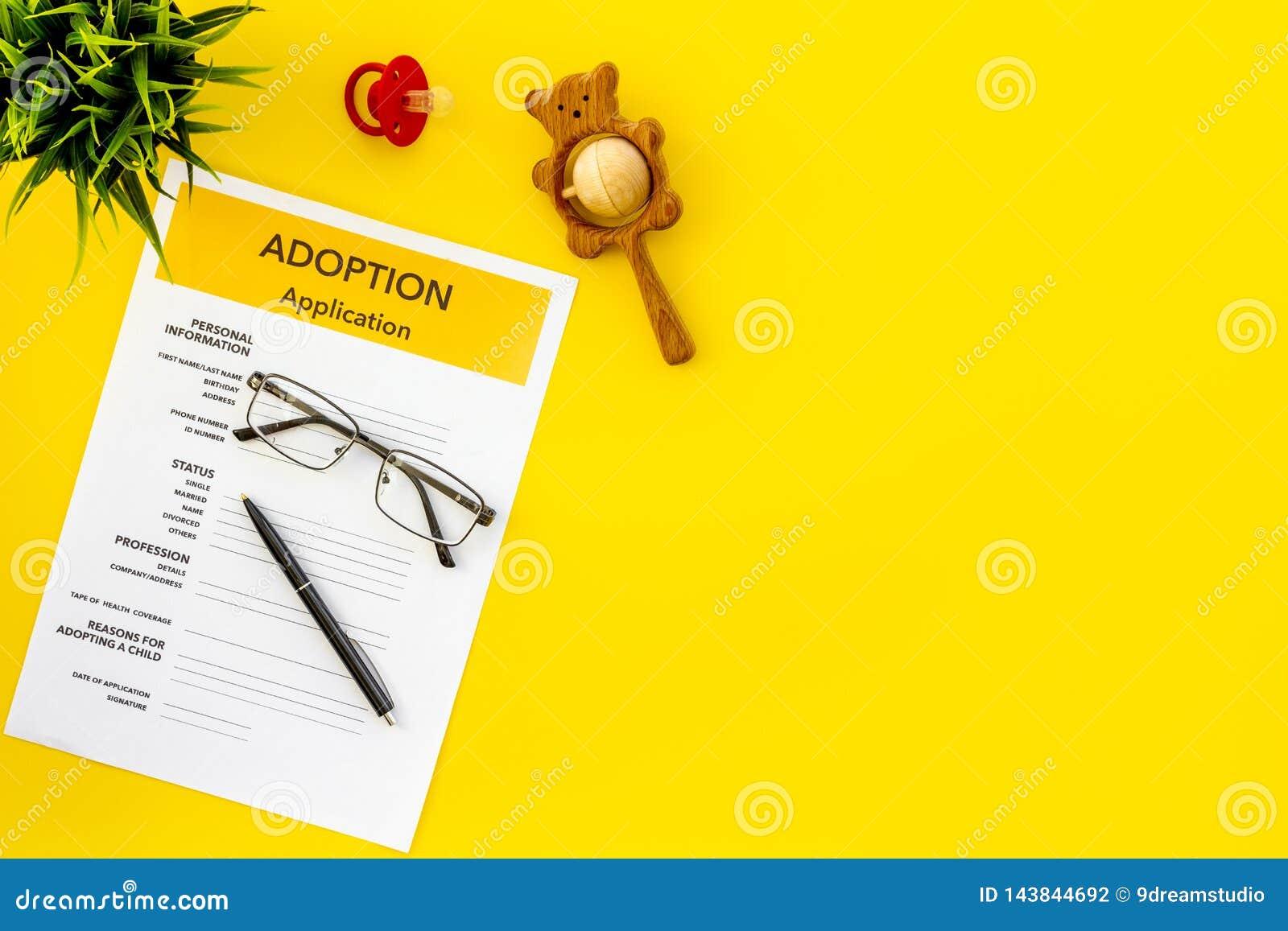 Форма для заявления для принимает ребенка на желтой насмешке взгляда сверху предпосылки вверх