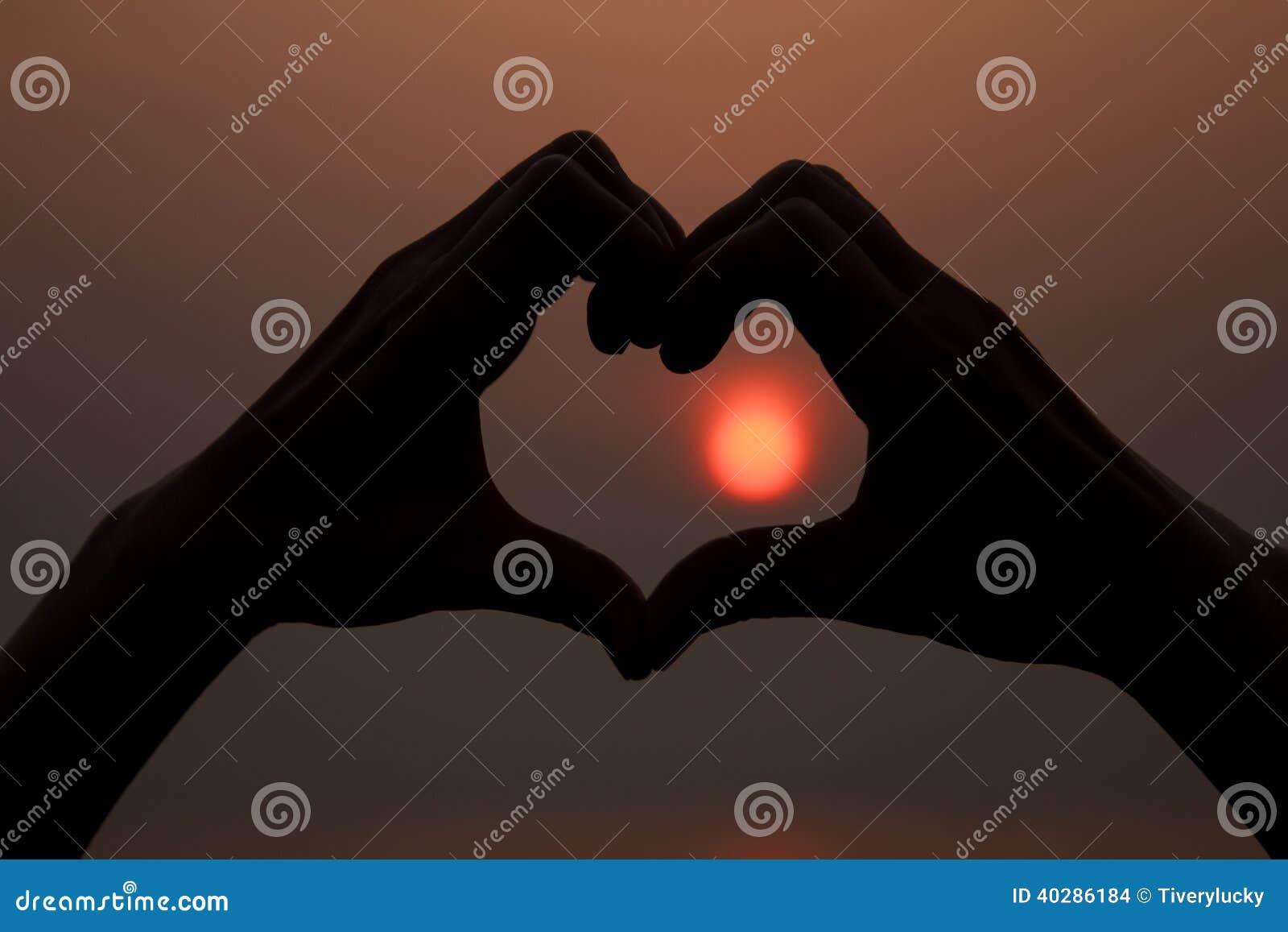 Форма сердца вокруг солнца
