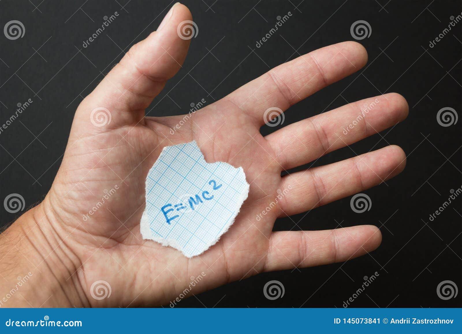 Формула e = mc2 в руке