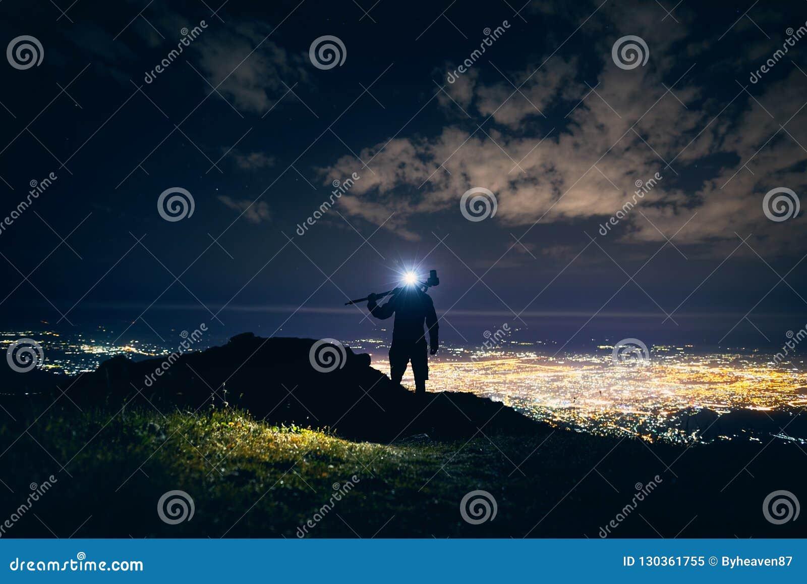 Фотограф в горах вечером