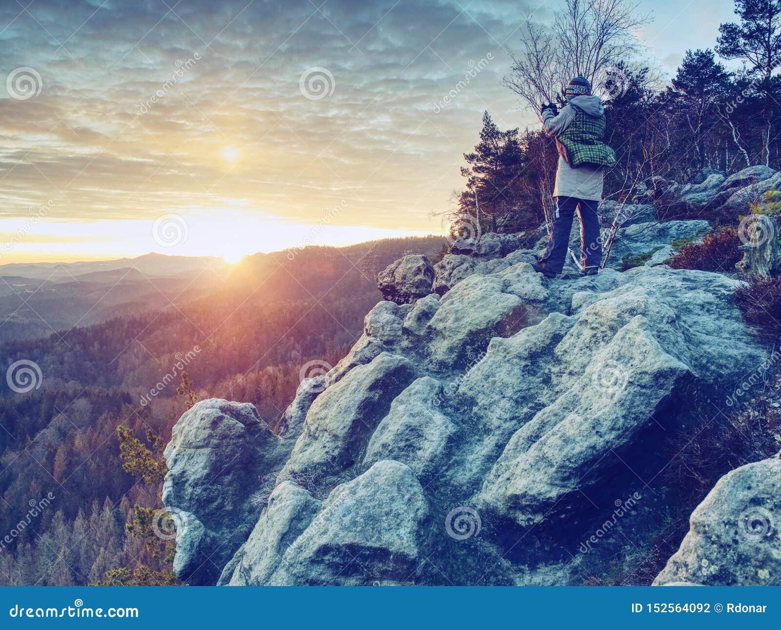 Фотограф женщины Hiker принимает фото от острого края скалы
