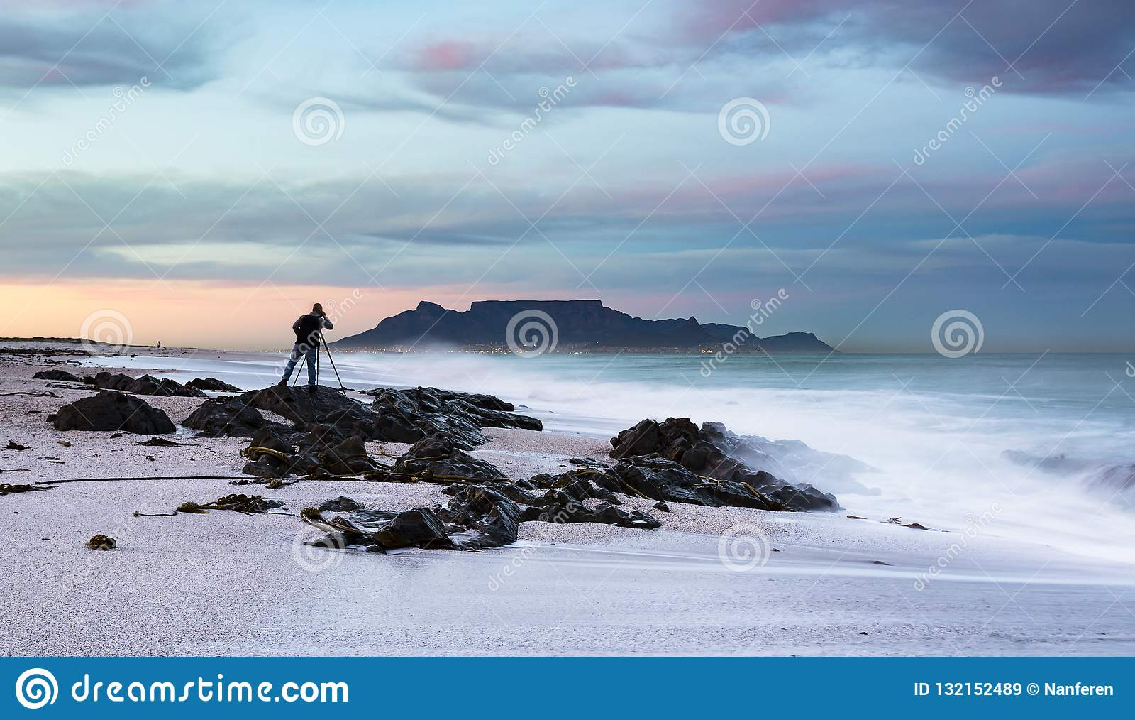 Фотограф ландшафта фотографируя Столовую гору