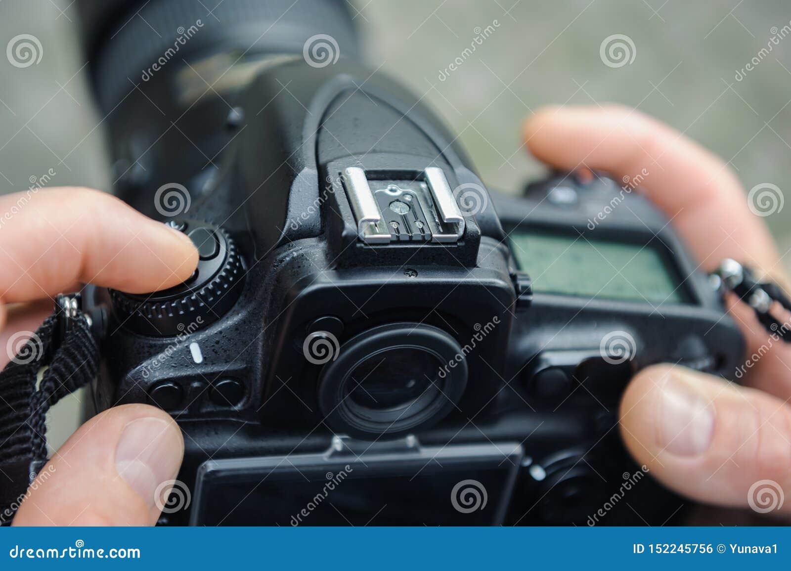 Фотограф регулирует камеру