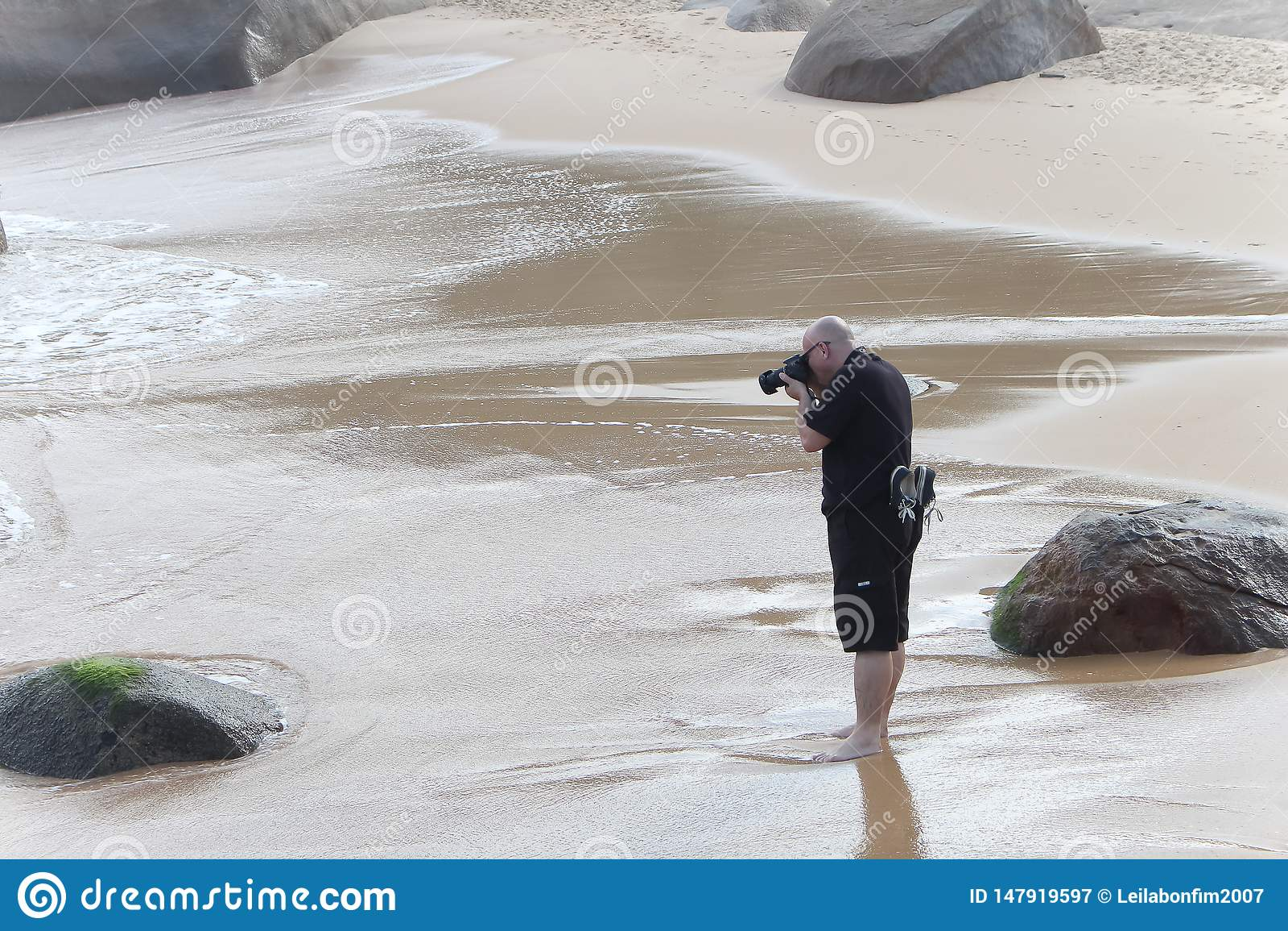 Фотограф фотографирует в пляже