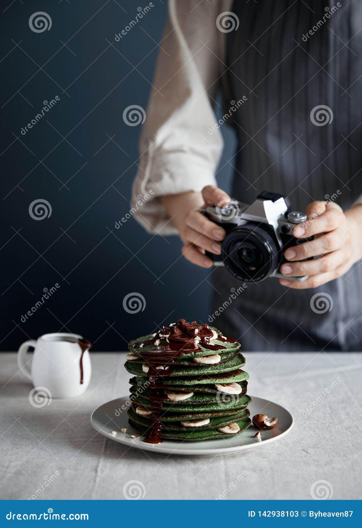 Фотоснимки матери зеленеют блинчики с шоколадом