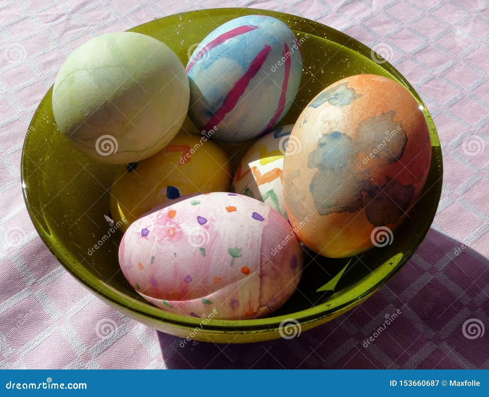 Фотоснимки покрашенных яя во время периода пасхи