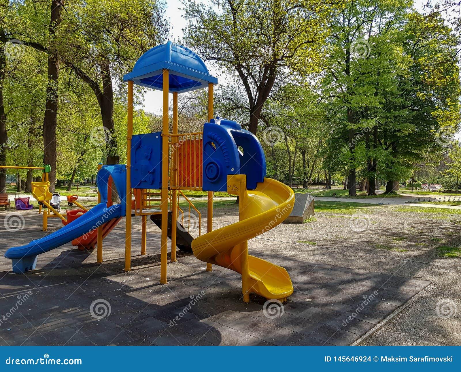 Фотоснимок скольжения для детей в парке города