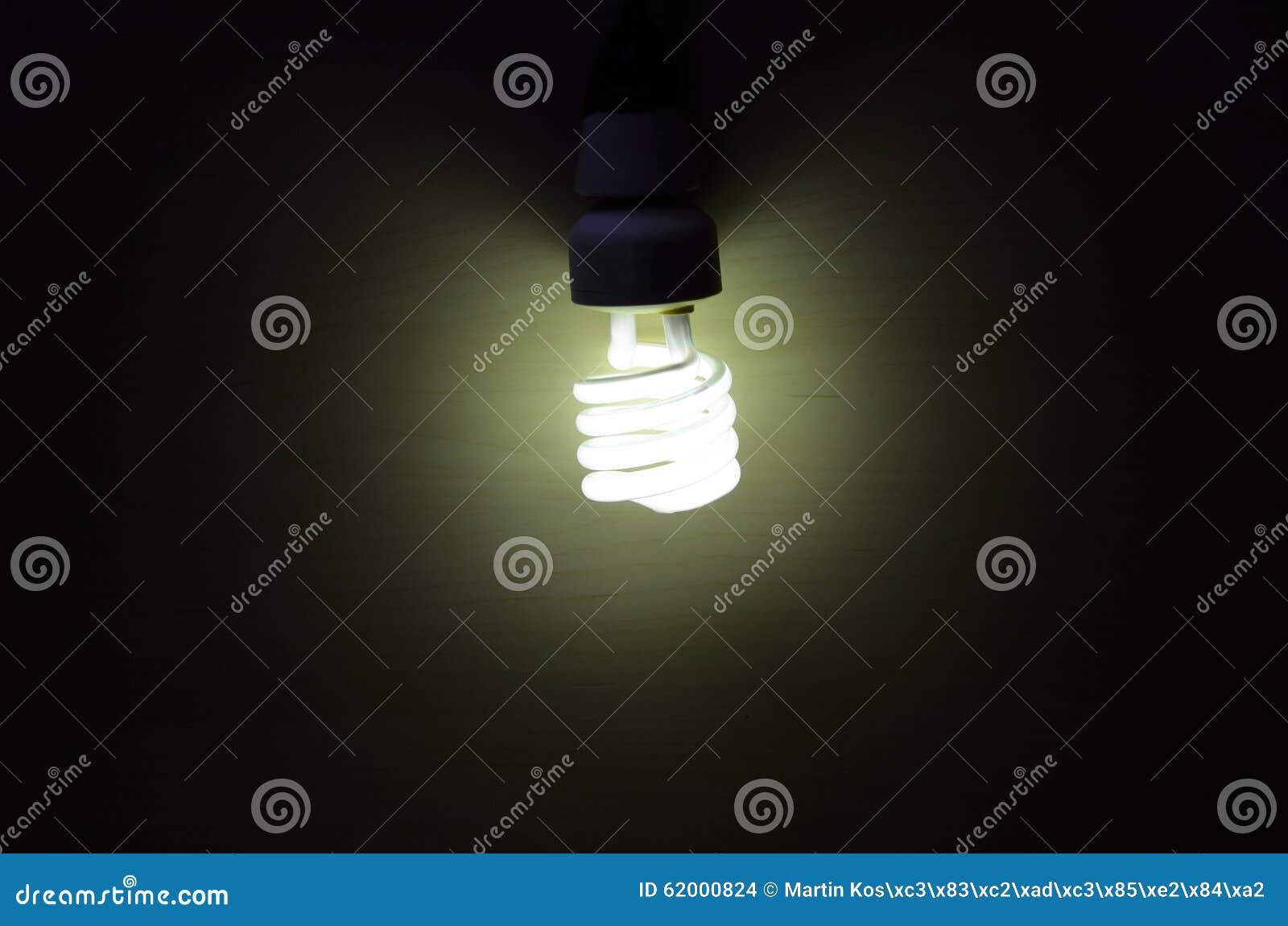 Фото лампочки спирали молнии во время