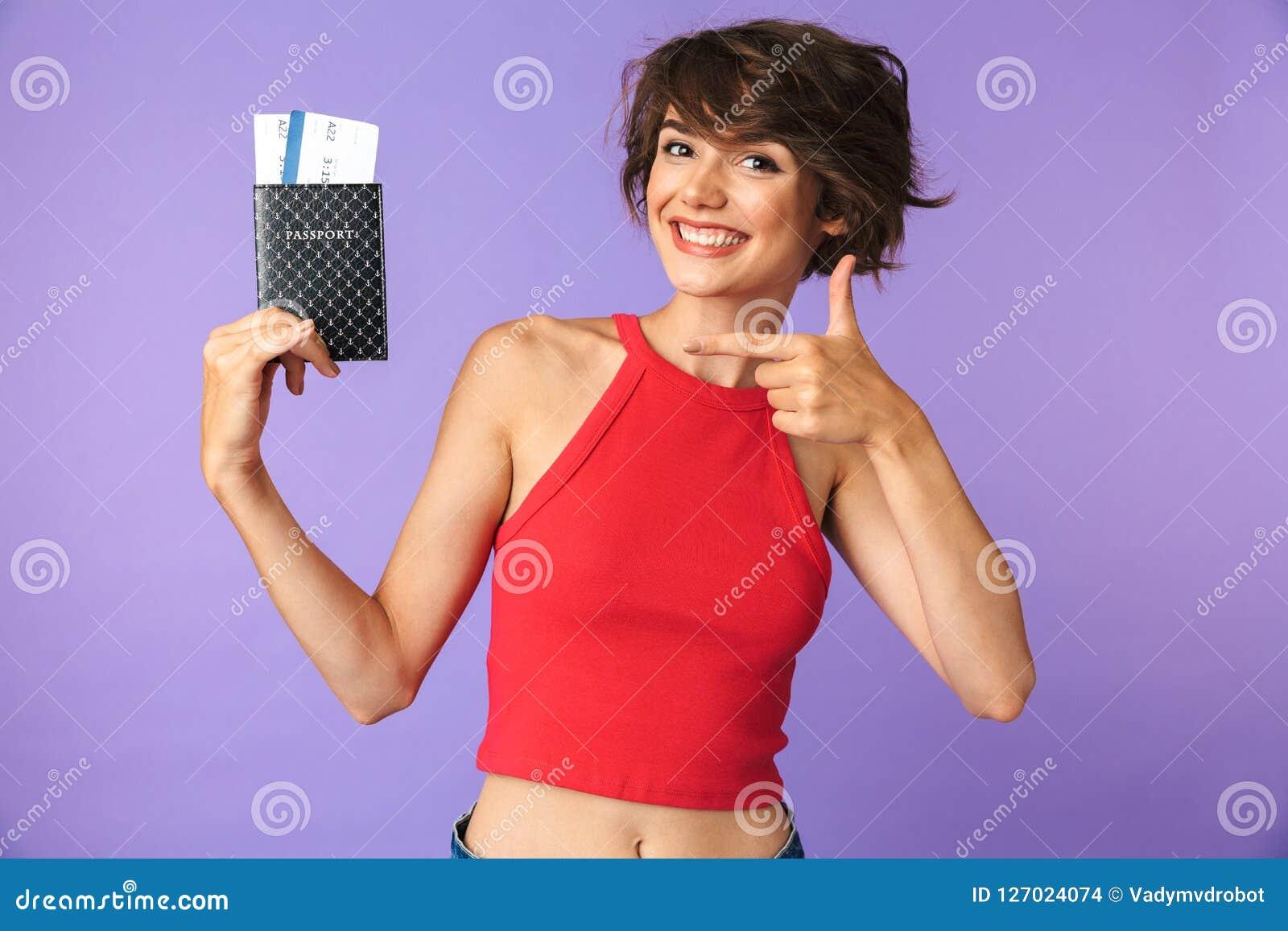 Фото довольной девушки 20s в вскользь носке усмехаясь и радуясь w