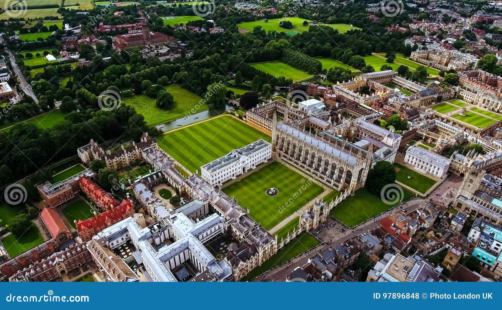 Фото запаса вида с воздуха Кембриджского университета Великобритании