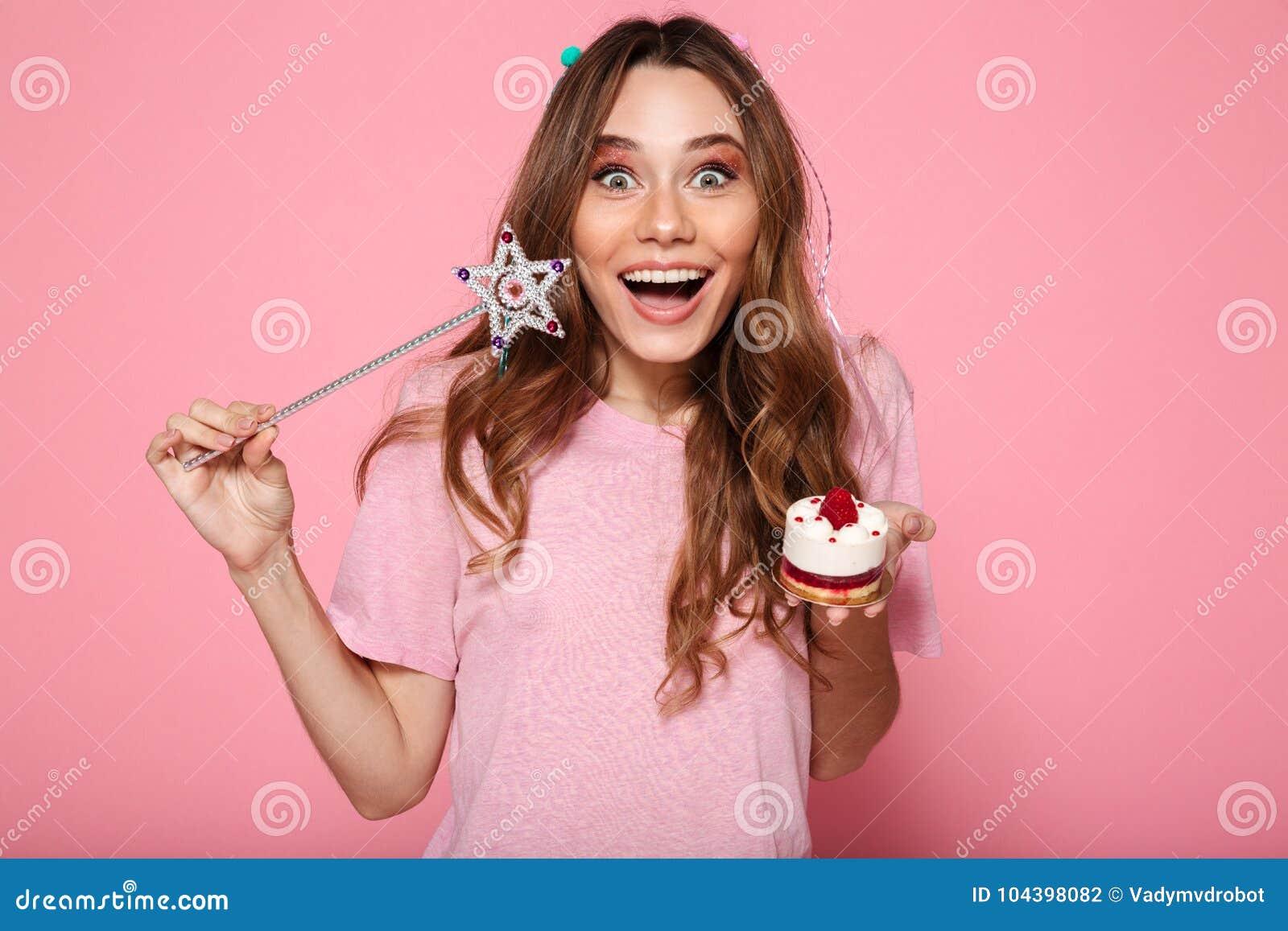 Фото конца-вверх счастливой девушки брюнет одело как владение принцессы