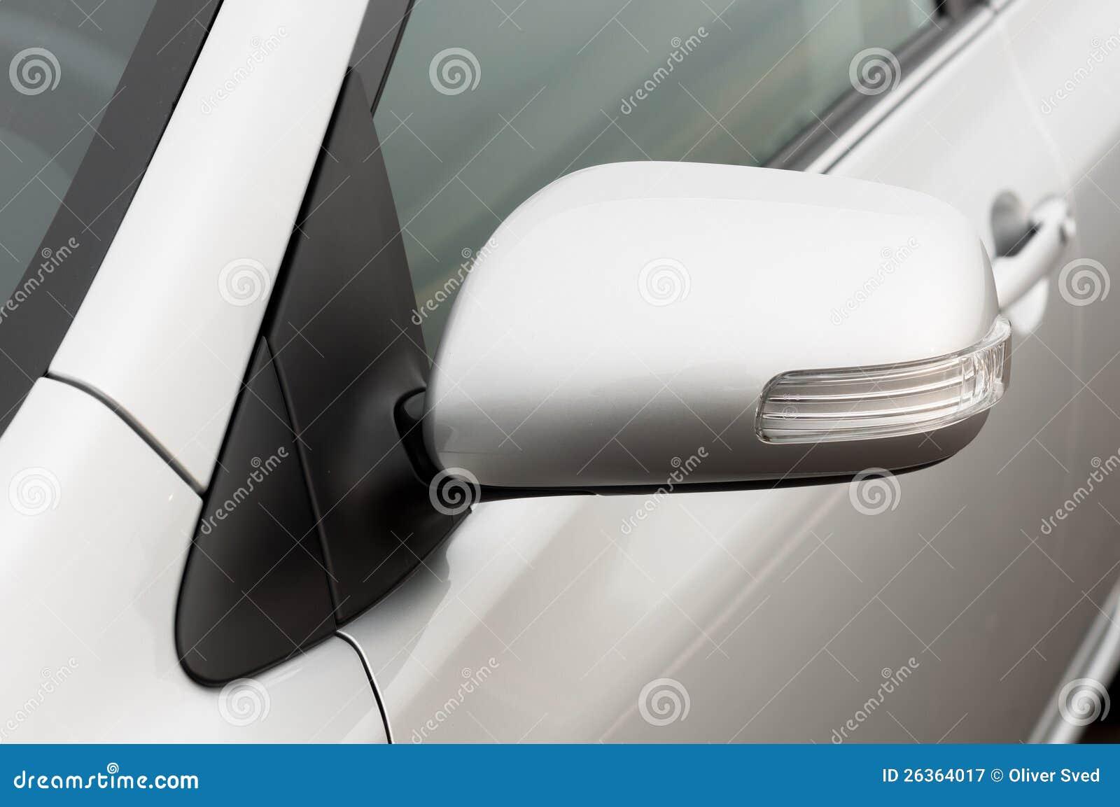 Фото крупного плана зеркала автомобиля