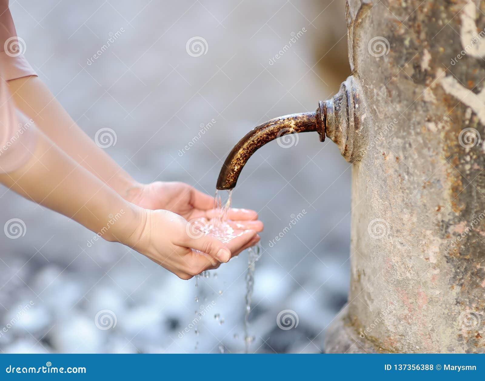 Фото крупного плана рук женщины моя в фонтане города