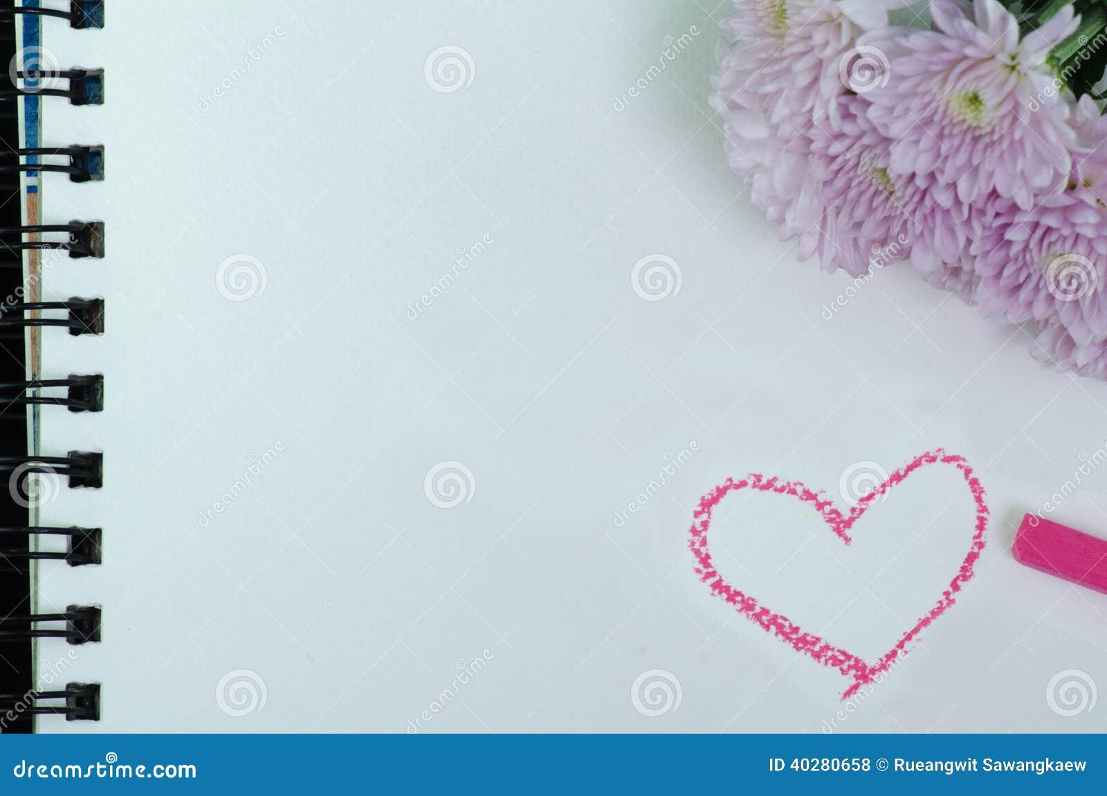 Фото крупного плана розового георгина на белом sketchbook