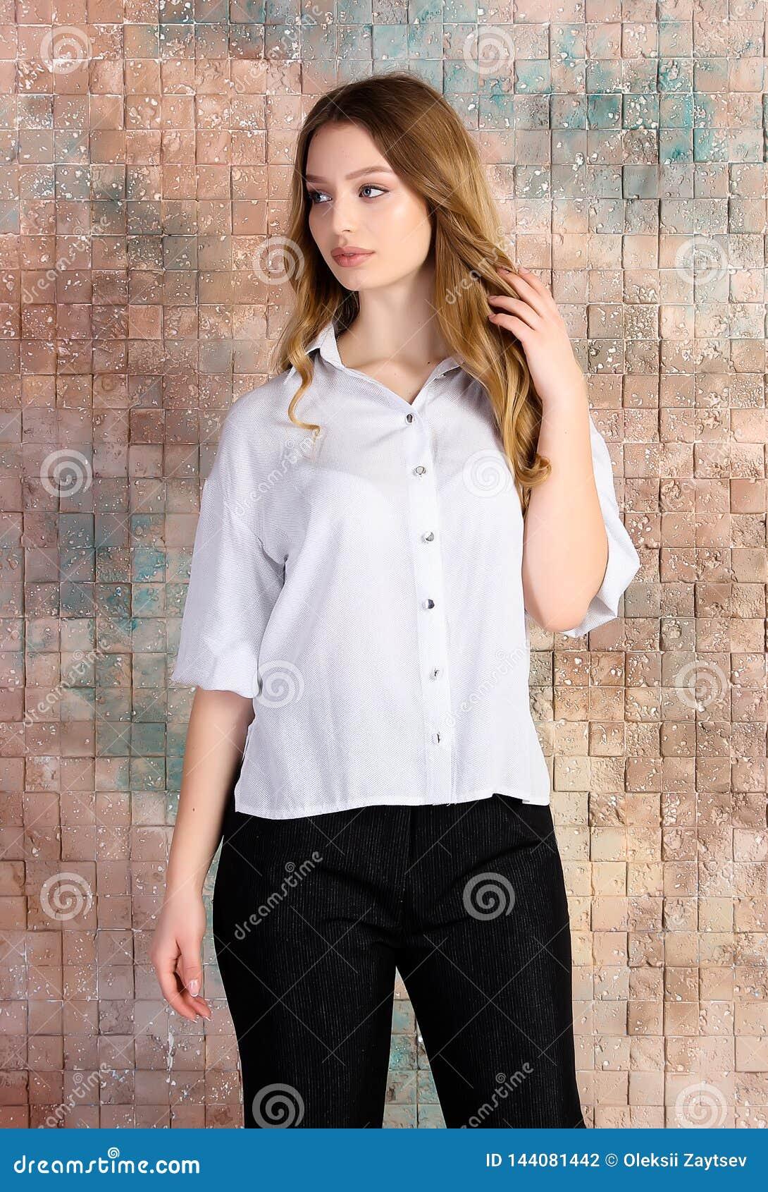 Фото моды молодой красивой женской модели в платье