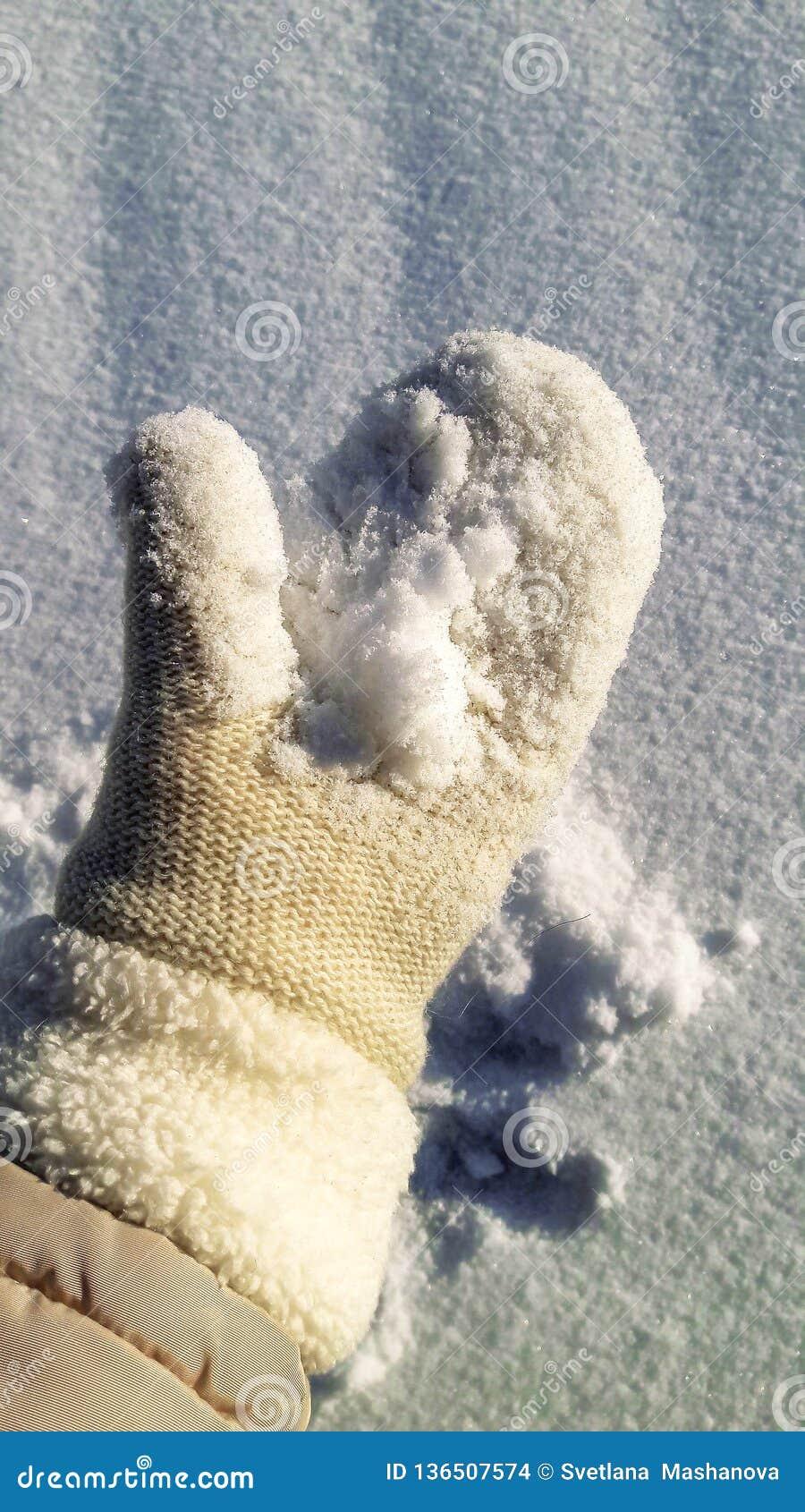 Фото на ладони снег