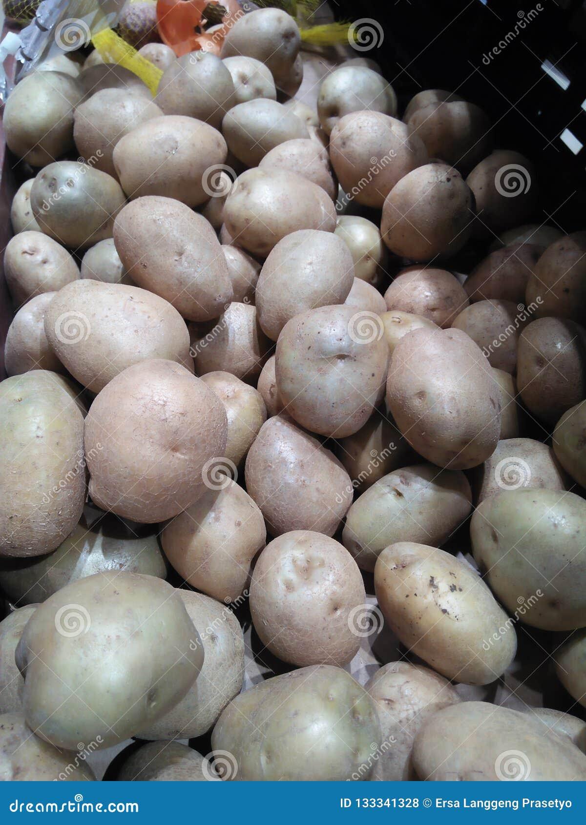 Фото показывает много картошек которые проданы в рынке