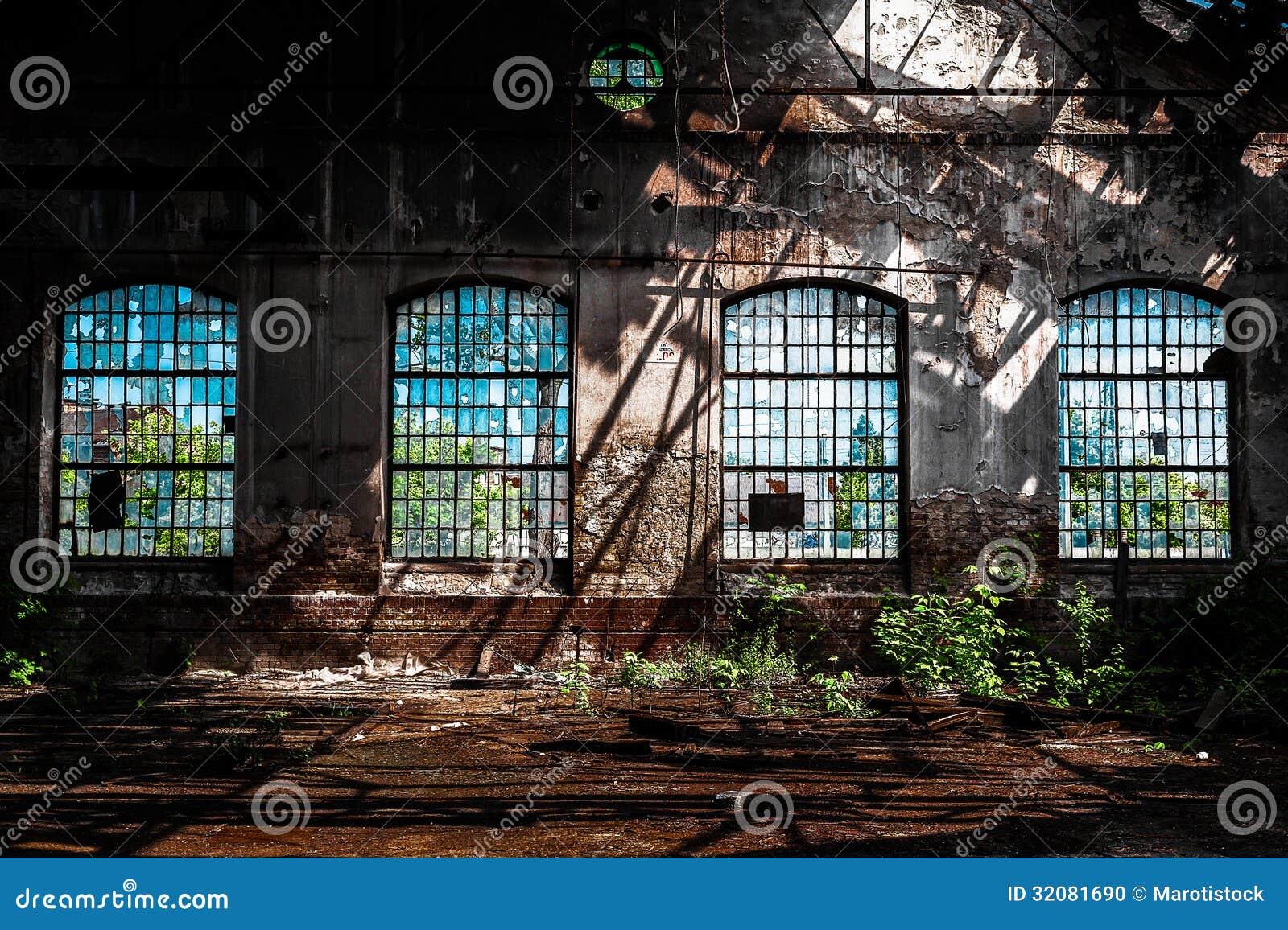 Фото покинутого промышленного интерьера с ярким светом