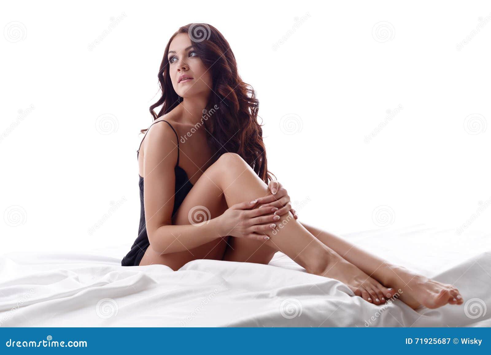 Фото привлекательного молодого брюнет сидя в кровати