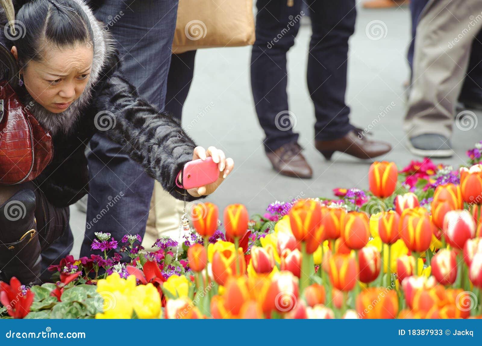 фото снимая женщину тюльпанов