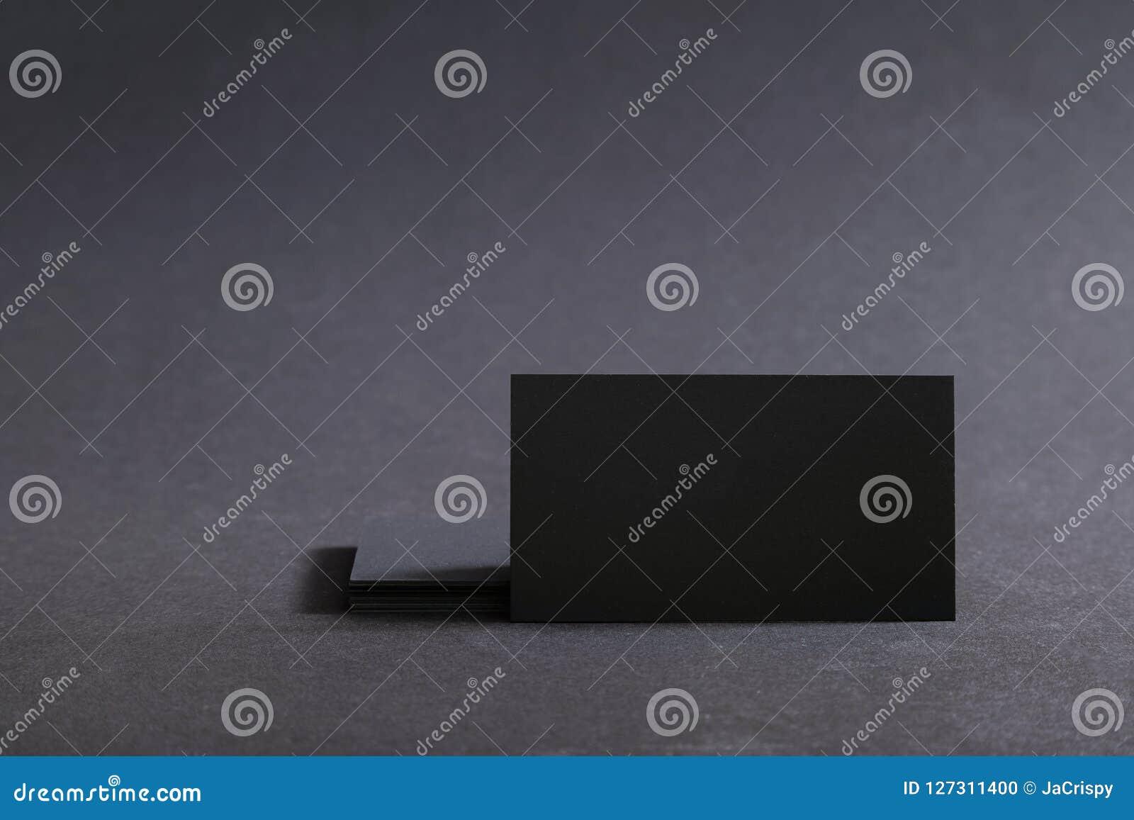 Фото черных пустых визитных карточек на черной предпосылке Templ