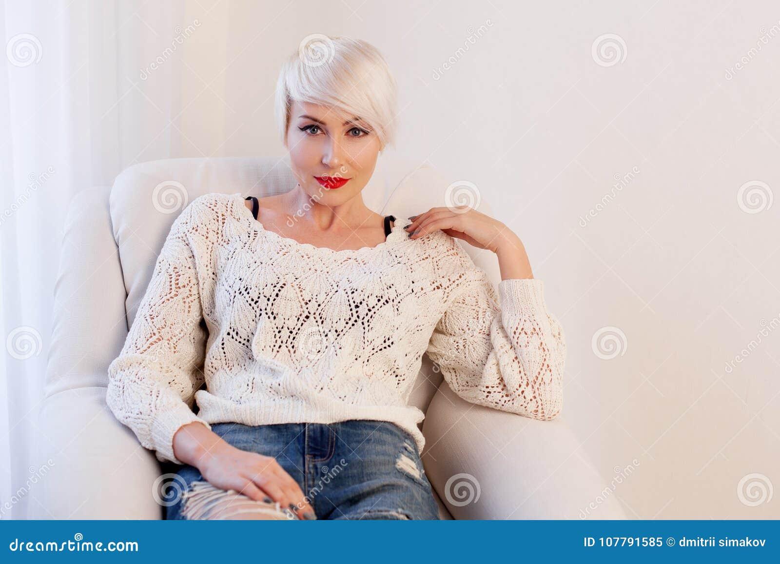 Французская блондинка в белой комнате