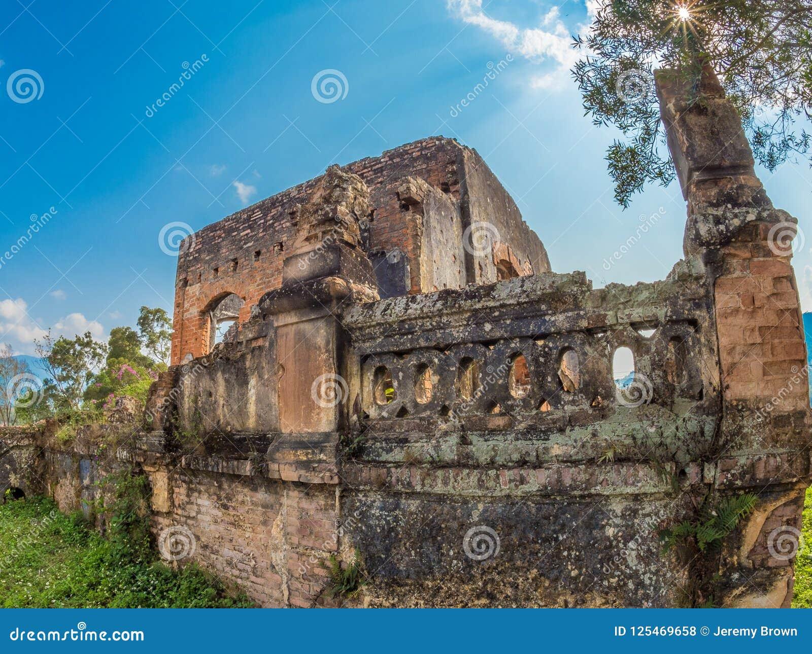 Французские колониальные руины Muang Khoun, Лаос