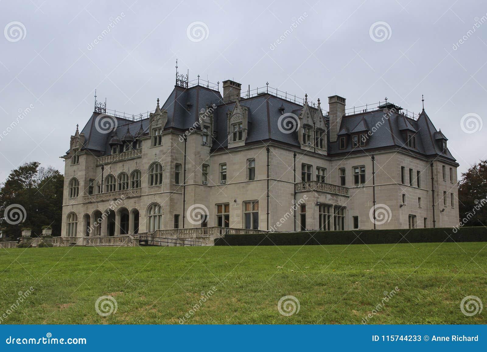 Французское вид сзади суда охры стиля замка, Ньюпорт