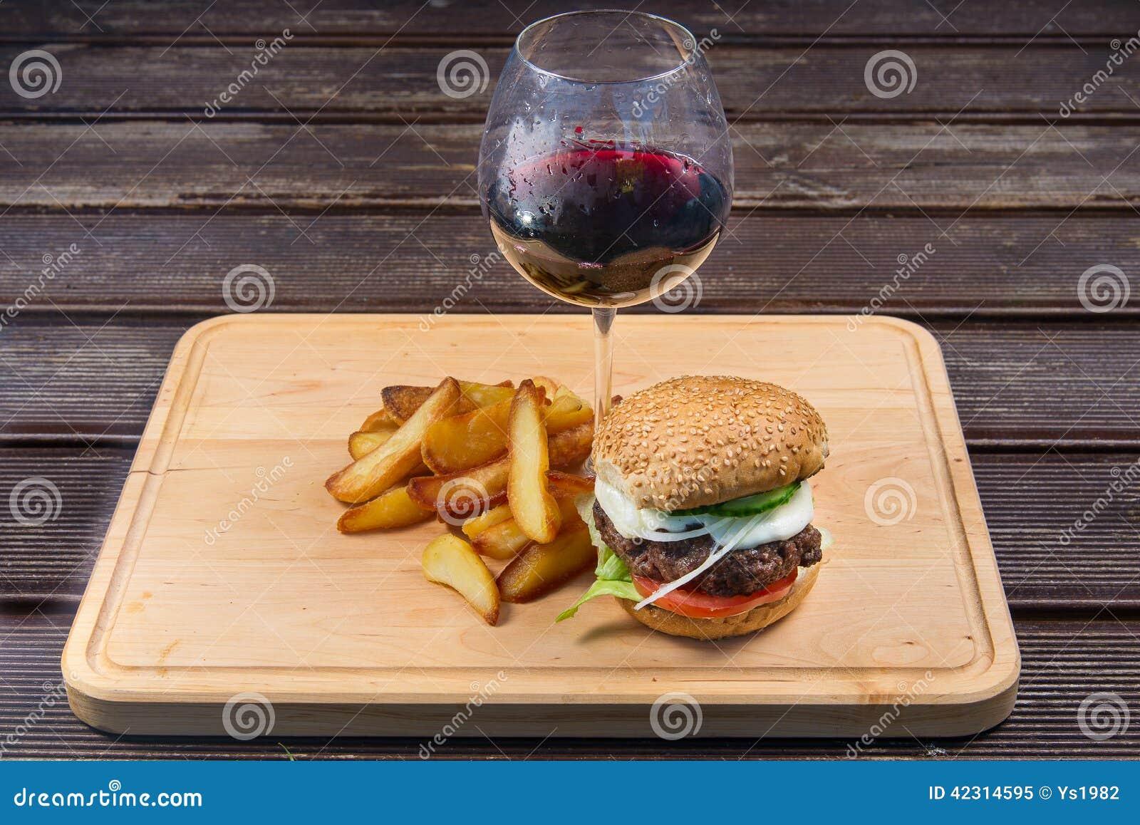франчуз быстро-приготовленное питания жарит гамбургер