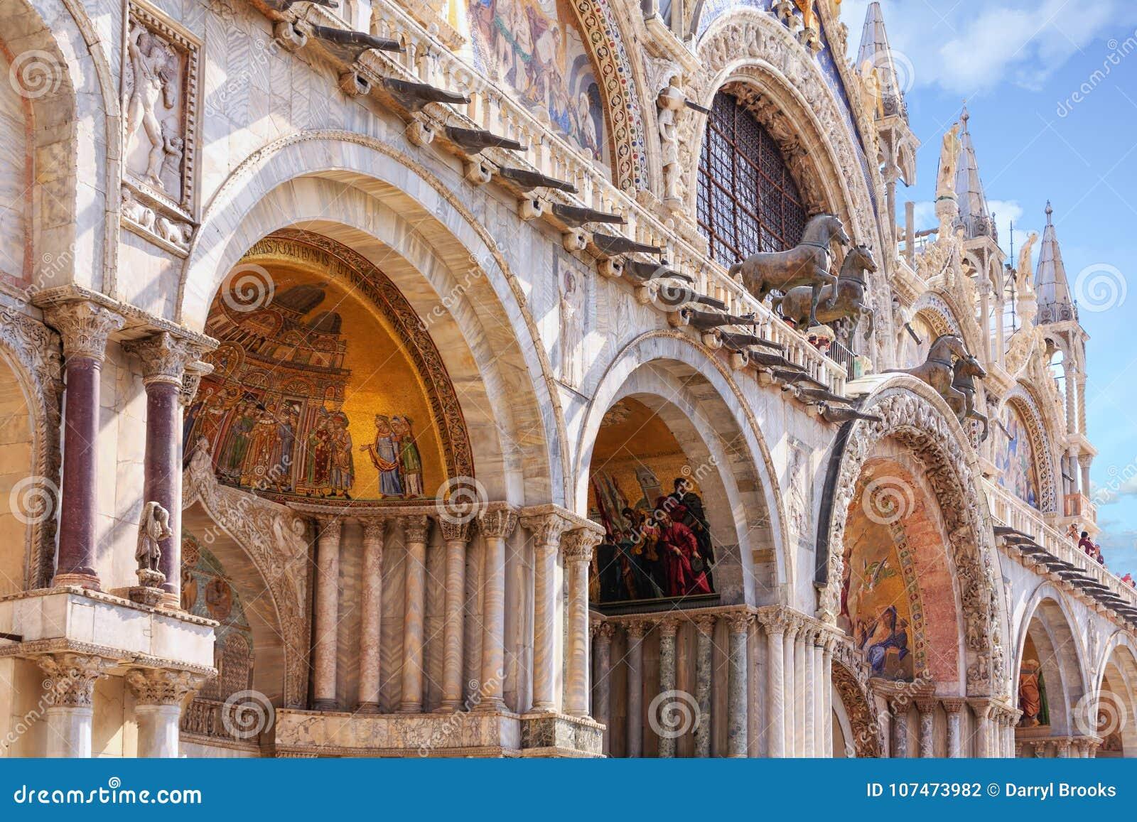 Фрески в арках St Mark