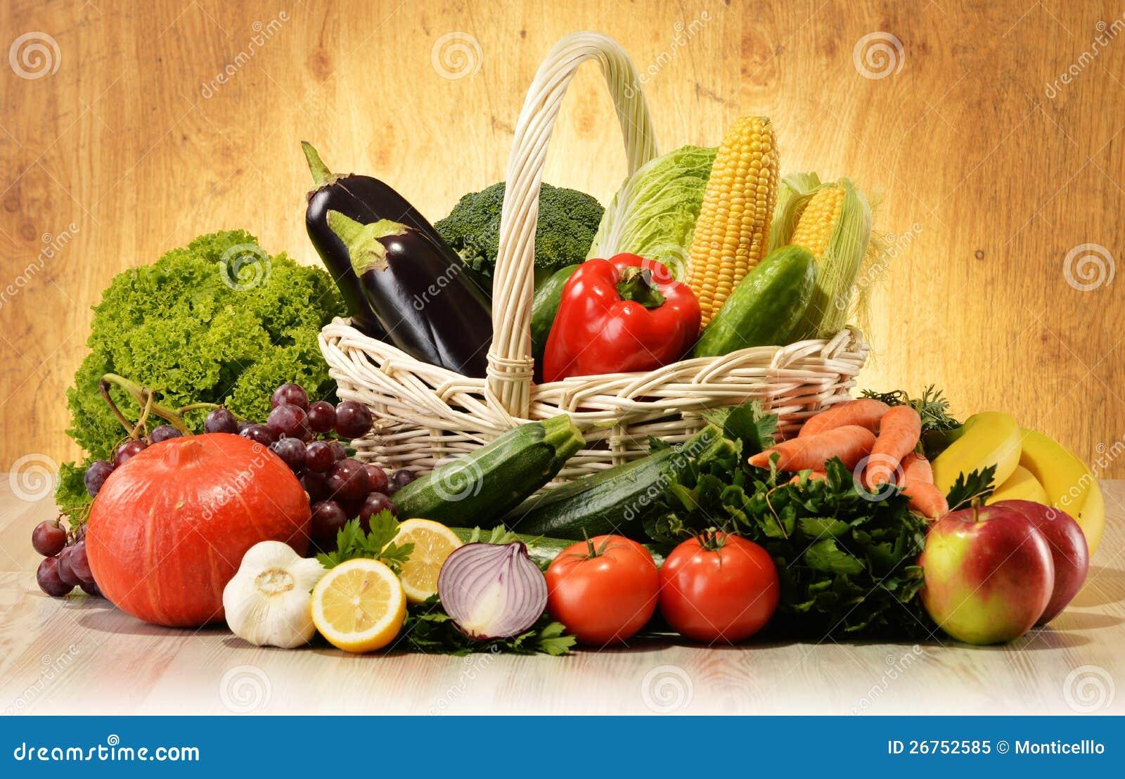 Фрукты и овощи в корзине Wicker Стоковое Изображение ...