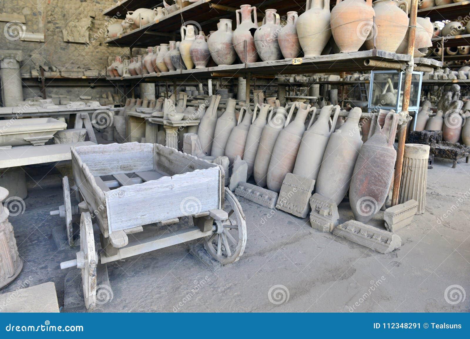 Фура и amphorae в музее в Помпеи